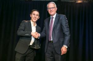 Joshua Cesan shakes hands with University of Auckland Vice-Chancellor Stuart McCutcheon.